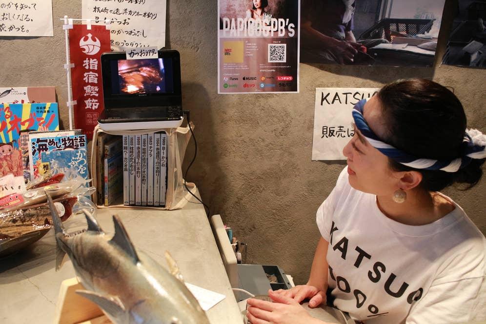 ▲お店ではお客さんに対し、DVDでカツオ漁について熱く語ります