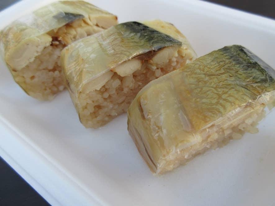 さくら亭の「水戸の焼きさば鮨 極」。赤シャリを使用し、ほどよい酸味に仕上げた酢飯と、冷めてもしっとりした酒びたし鯖が見事なマリアージュ!