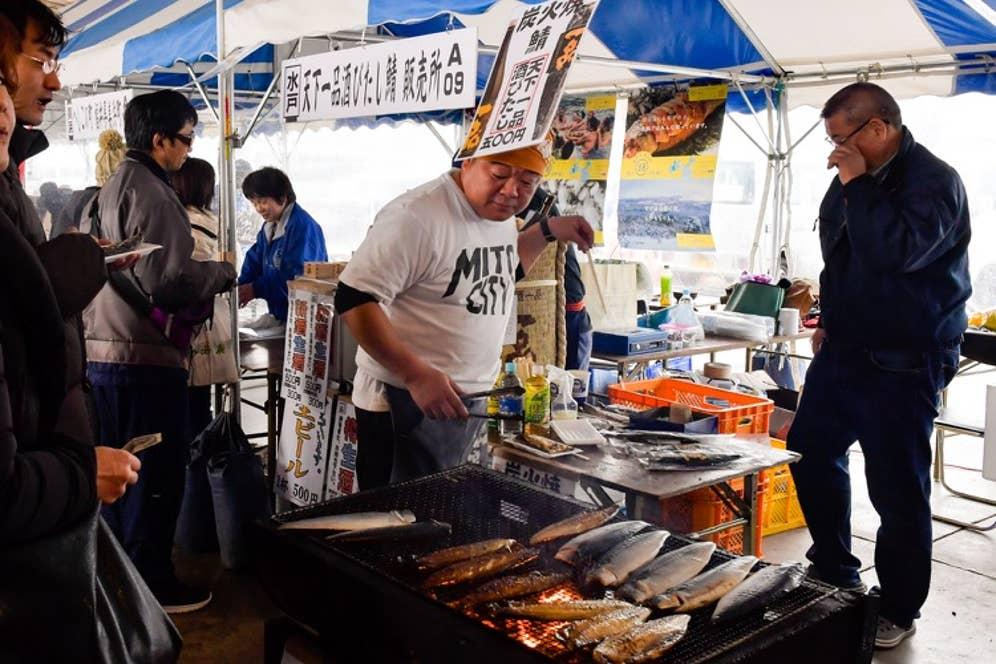 サバの凄さを知ることになった「鯖サミットin銚子」で酒びたし鯖を焼く吉久保さん。