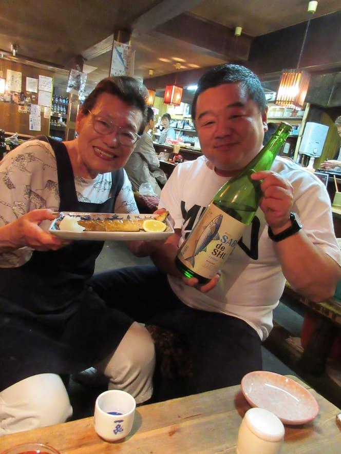 長年吉久保さんが通い続ける水戸の名大衆酒場「長兵衛」。お店の恭子ママもサバデシュを応援。
