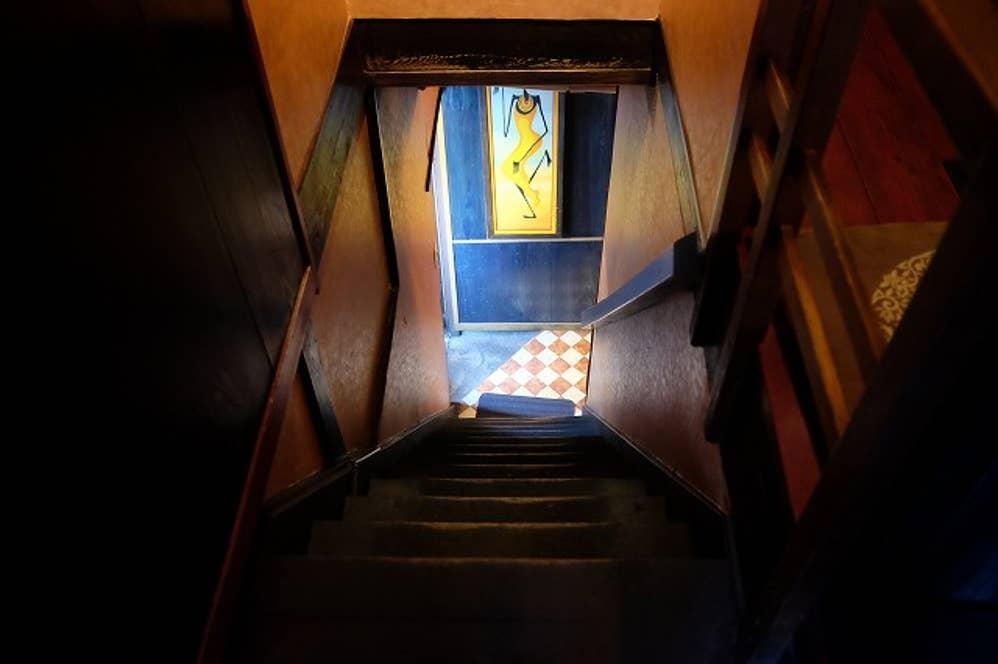 2Fへ上がる趣のある階段