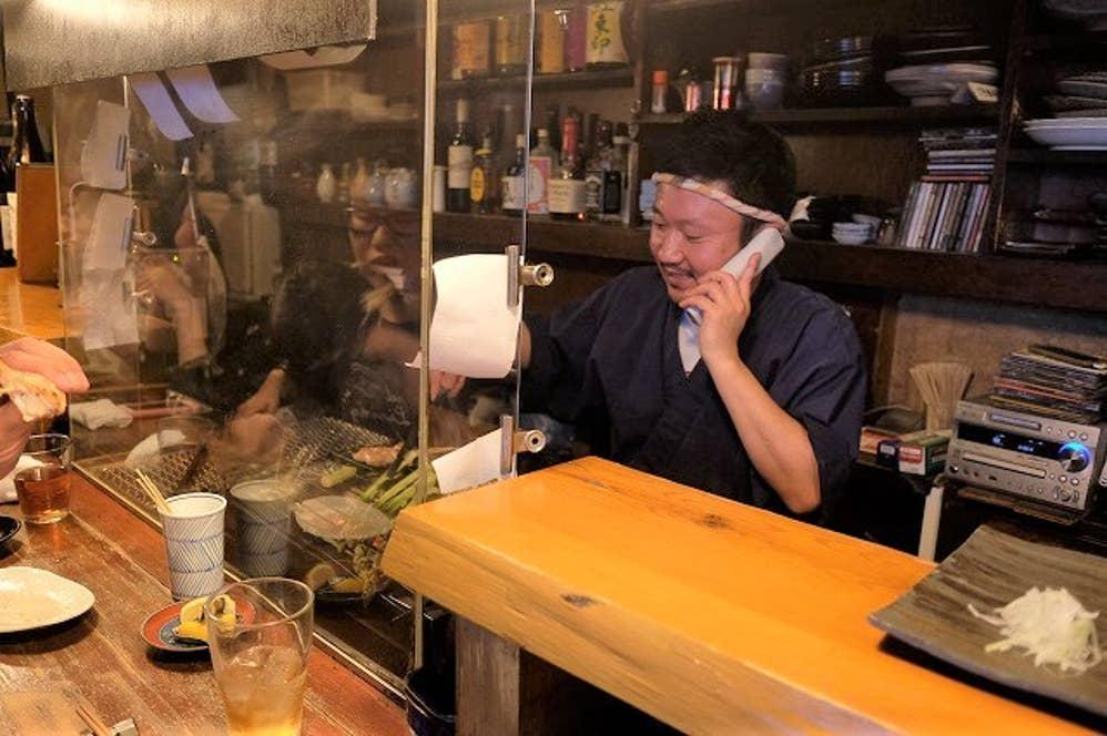 どんなに忙しくても丁寧に電話対応もする店主の井川さん