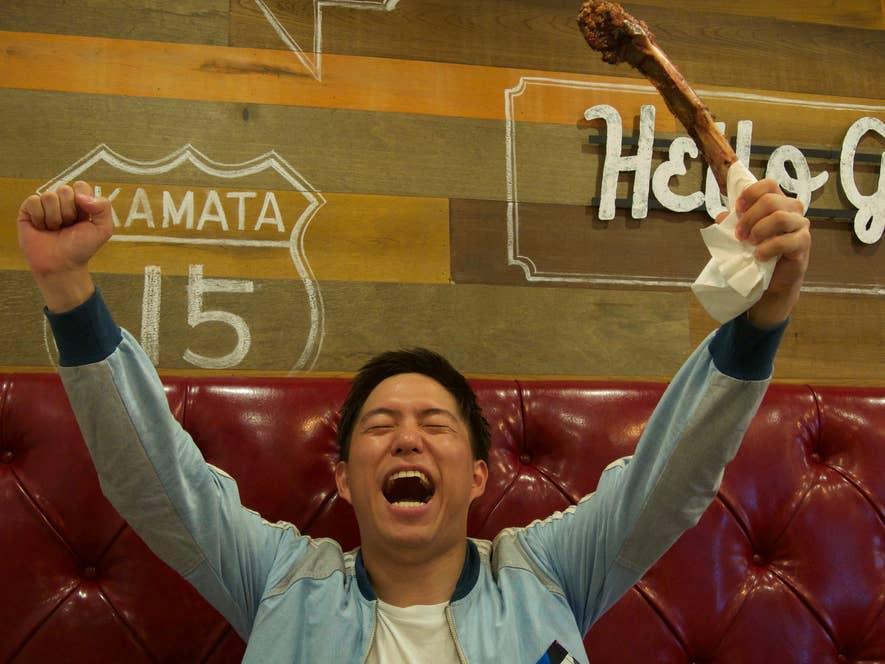 やりました、Rettyグルメニュース編集部、川崎。1キロの塊肉に勝ちました!のポーズ。
