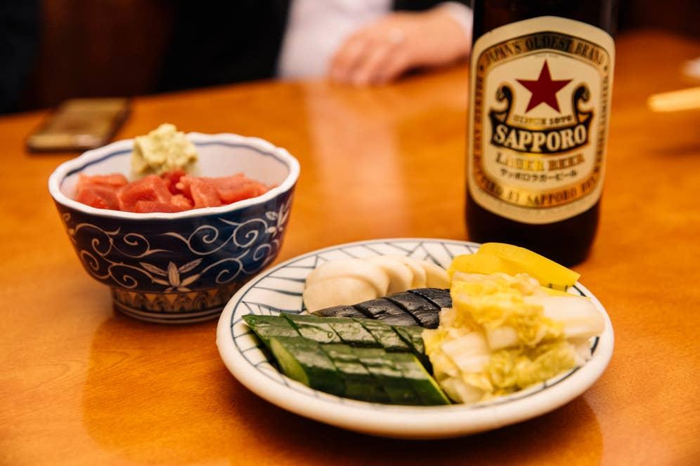 今回のお店は、浅草駅から徒歩すぐの大衆食堂「水口」。名物の「まぐろのブツ」は700円なのに量も多く味もしっかり美味しくて驚く。