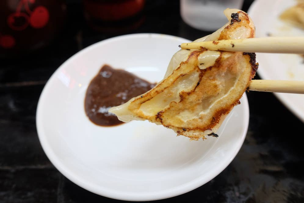 秘伝の味噌ダレを付けて食べる餃子