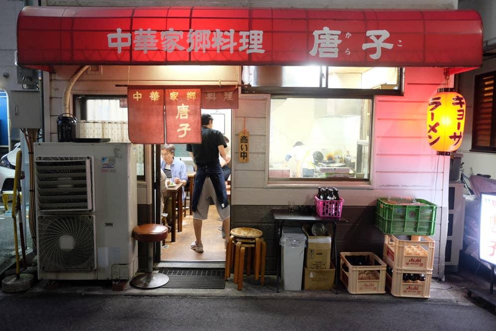 カウンターとテーブル席、2階にも席がある大衆中華料理店