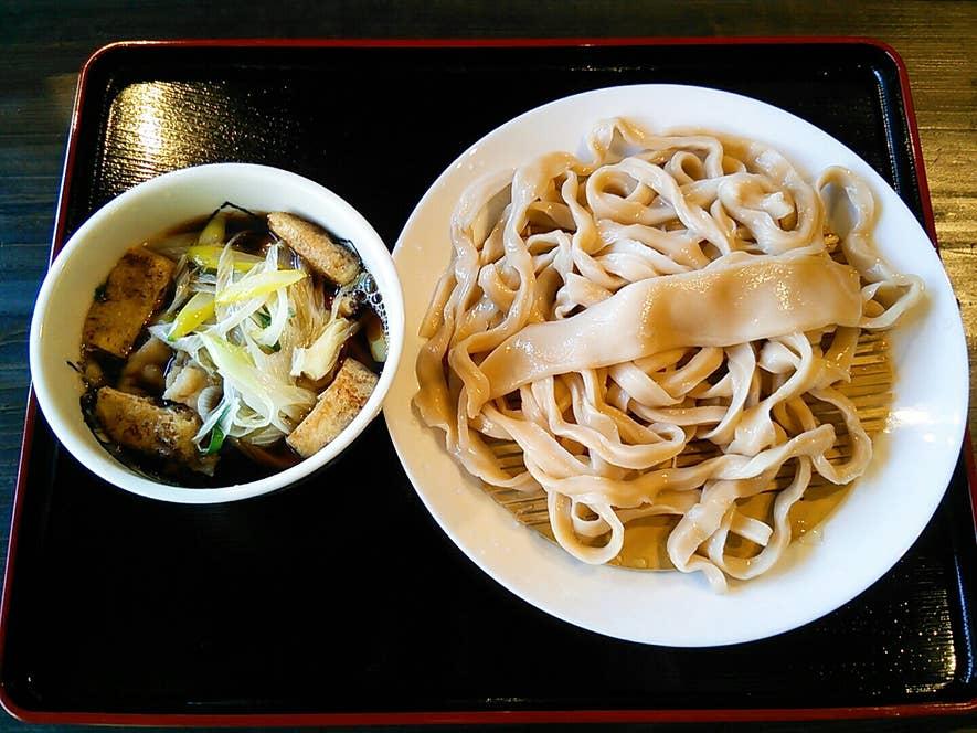 ▲一方、こちらは「田舎麺」。ウェーブが効いた薄褐色の太麺。こちらにもファンが多い