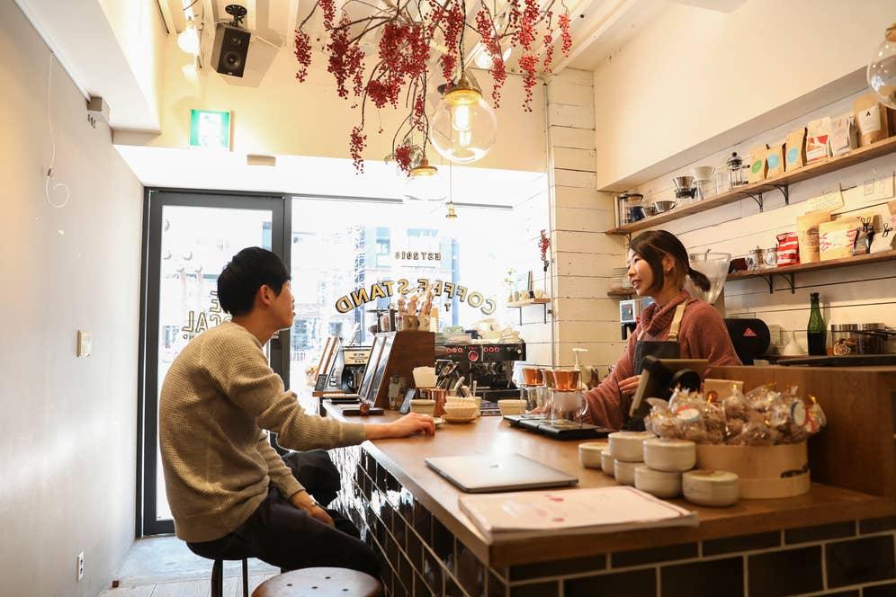 ▲店内カウンター席では店員と話す常連のお客さんの姿も。どこまでもおしゃれ。