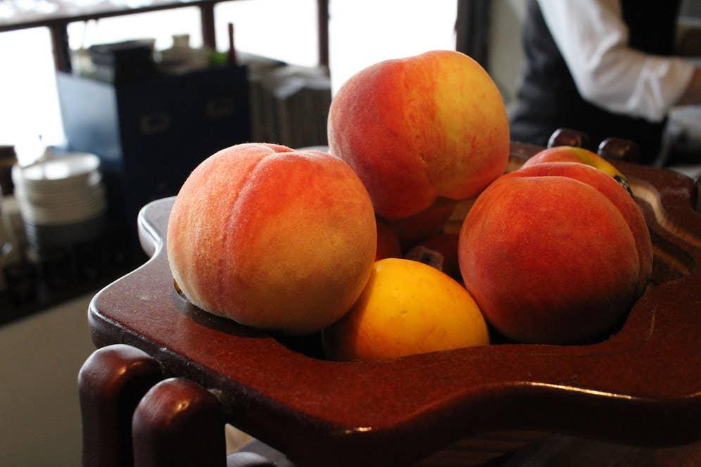 bar bossaで提供している「季節の果物のカクテル」。今回は桃とニュージーランド産のJazzりんごを使った、ウォッカベースの「恋が始まるイメージ」のカクテルを作っていただきました。