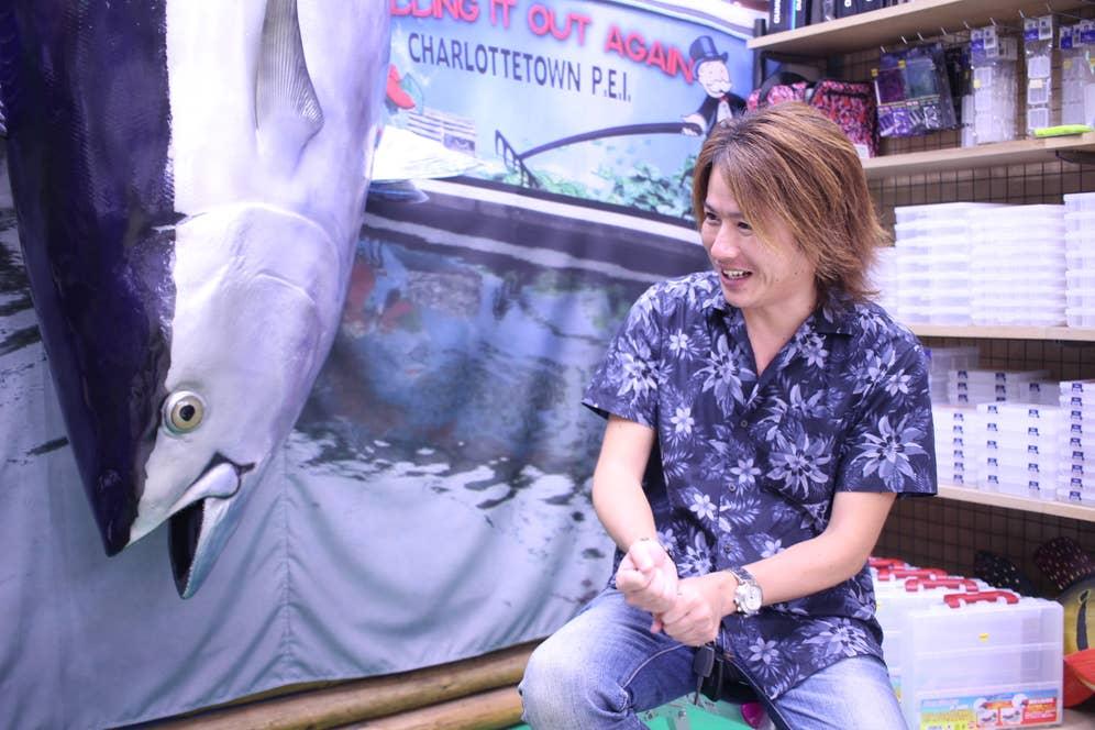 少年のような笑顔で釣りの楽しさを語る酒井さん