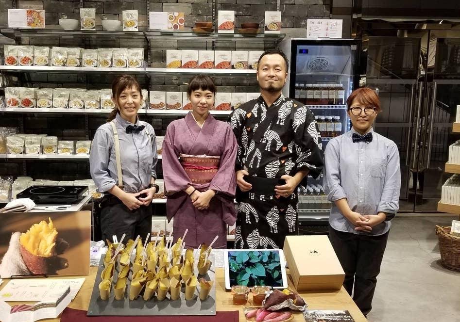 フランスで焼き芋を振る舞うスタッフの絹代さん、武田夫妻、店長の三國さん
