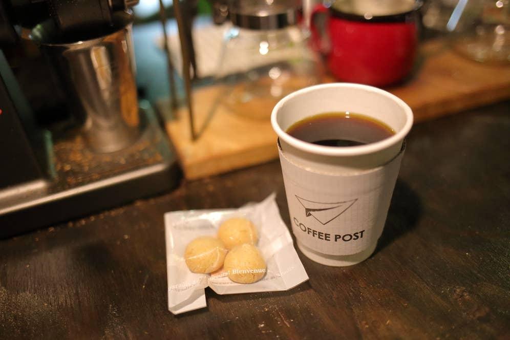 コーヒーは日替わりでお勧めを提供。この日はルワンダ産のボディがしっかりしたまろやかなフレーバーの一杯を。スイーツや桃のジュースは、故郷の福島県いわき市からも取り寄せています。