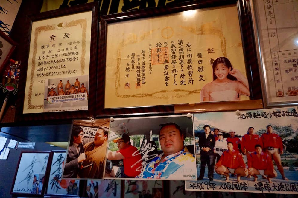入門後、新弟子たちは「相撲教習所」に通う。その修了証が飾られている