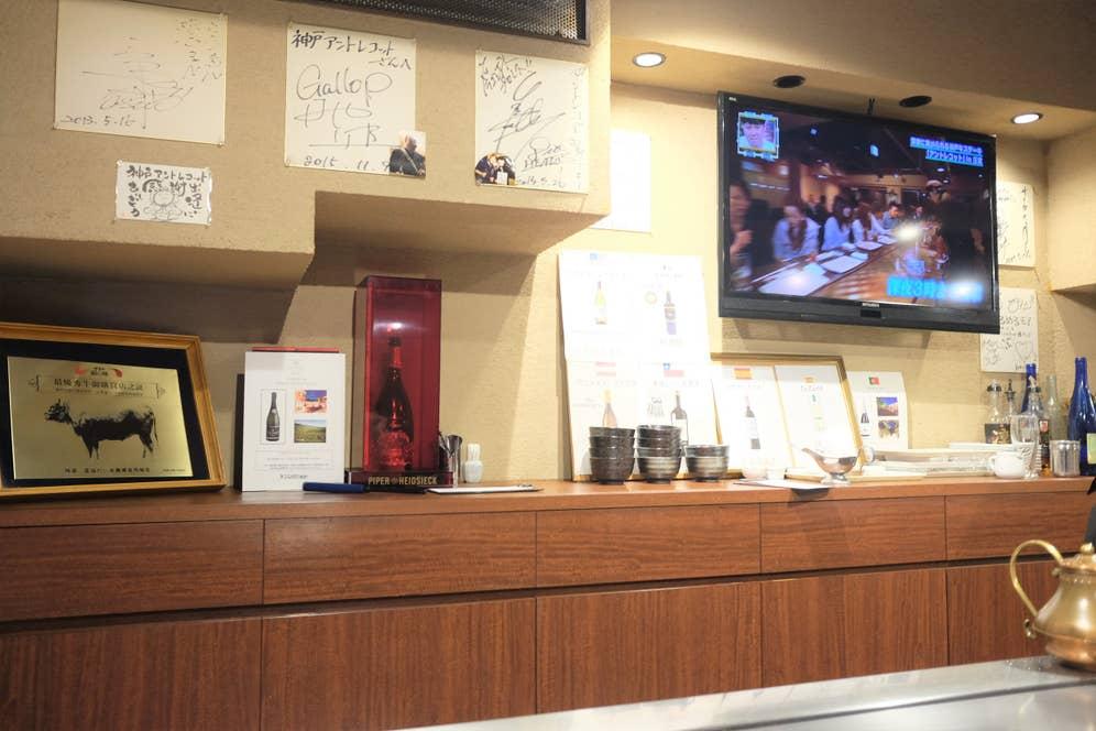 ▲店内には有名人のサインや写真が飾られています。