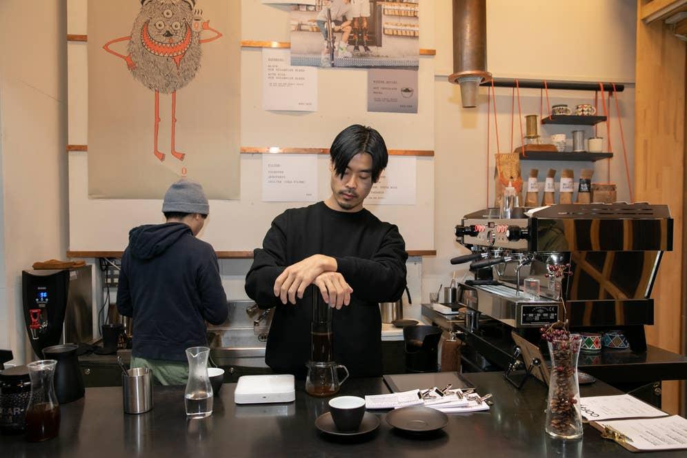空気圧で抽出するエアロプレスという器具を使い、美味しさを競い合う世界大会で準優勝を成し遂げたバリスタの成沢勇佑さん。