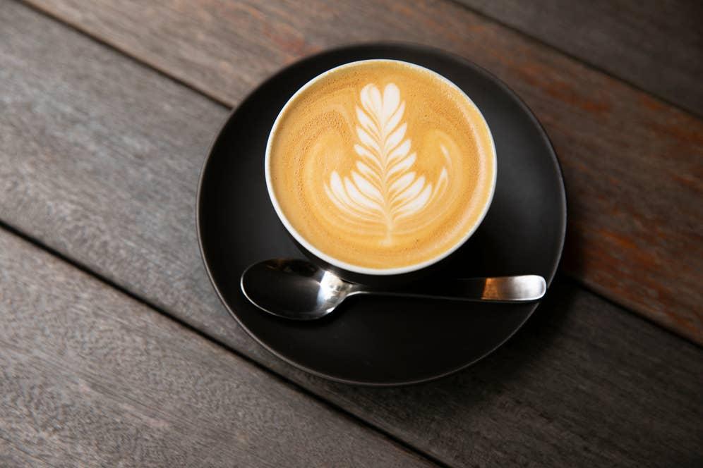 カフェラテは、ここではミルクコーヒーというメニュー名に。オーストラリアではフィルターコーヒーよりも、エスプレッソやミルクコーヒーを飲むのが主流。