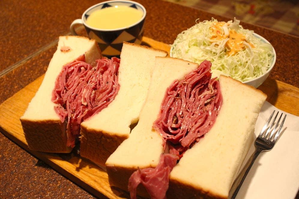 ▲パストラミビーフサンド(ランチセット/サンドイッチ+コーンスープ+サラダ+飲み物で1200円)