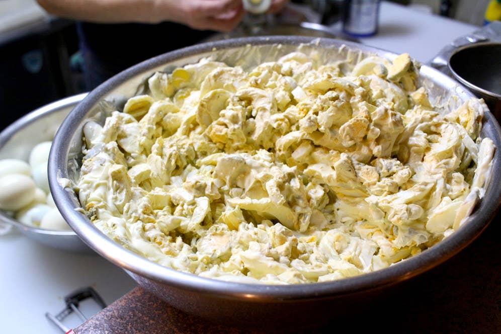 ▲食感が残るように粗目につぶされたゆで卵。1日の仕込みに使う卵の数は、なんと600個!