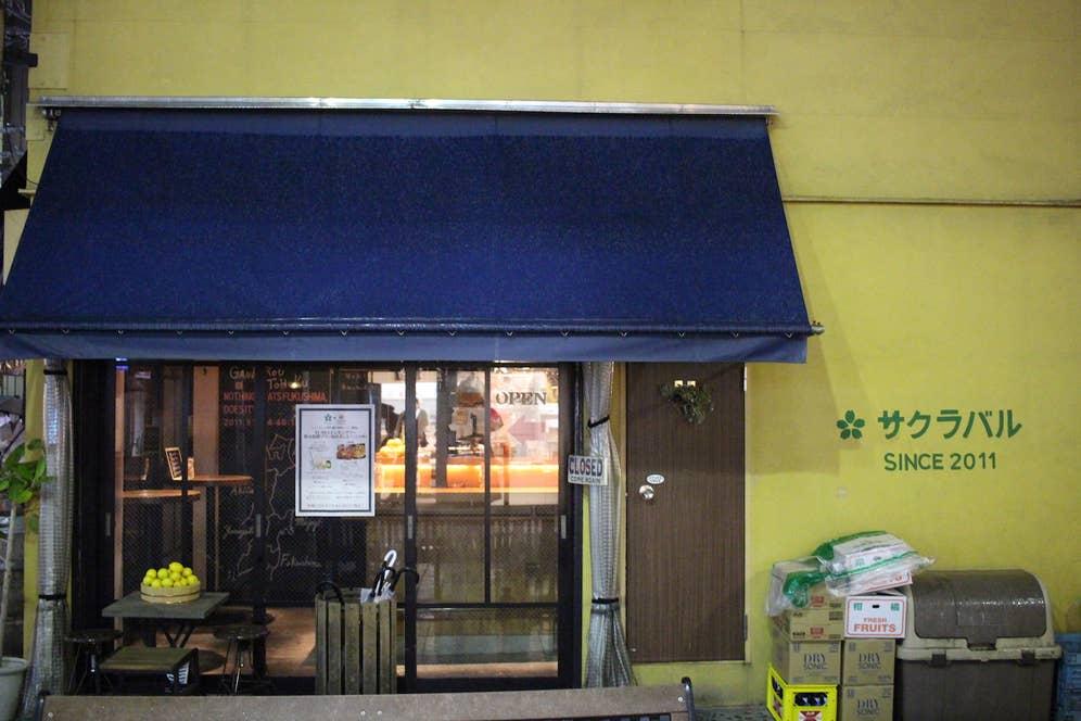 開店前の店先にはレモンが置かれています