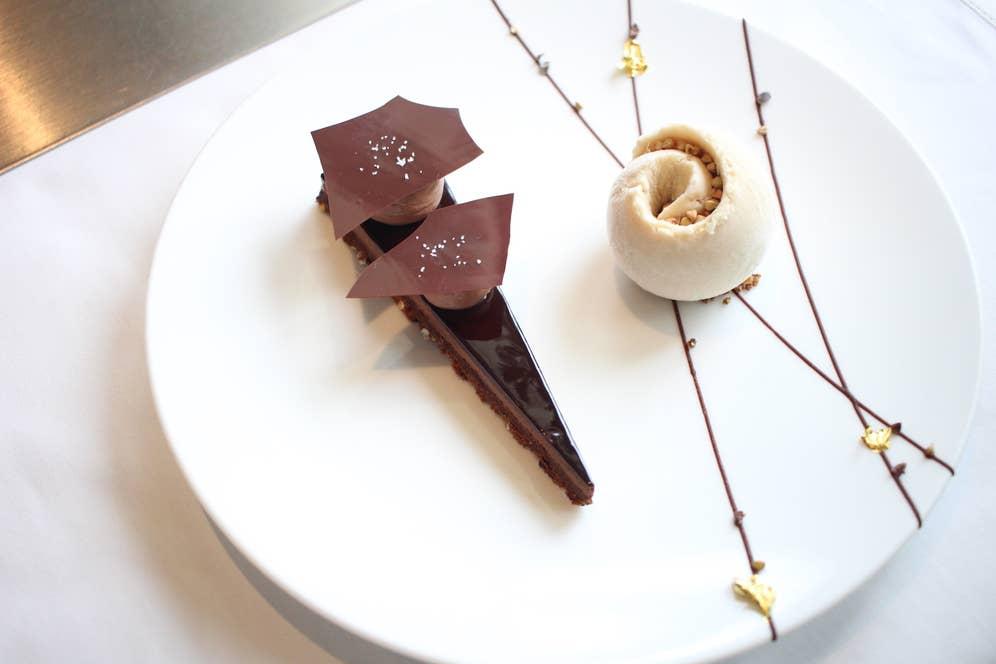 ▲ル・ショコラ・アラン・デュカス 東京工房のショコラ ブノワ風 長野県戸隠産 蕎麦の実のアイスクリーム