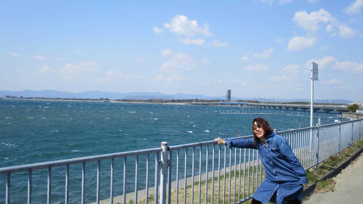 美しい浜名湖と強い風に立ち向かう筆者