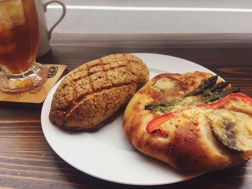 平井さん提供画像。ラグビーボール型をした『パンオスリール』のメロンパン
