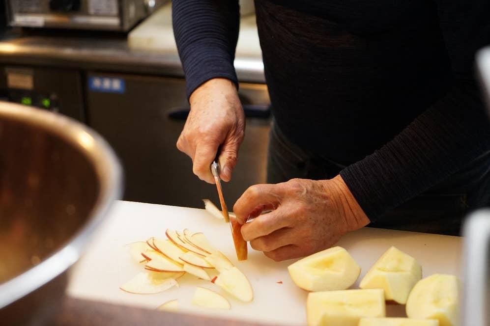▲私が大好きな「チキンサンド(リンゴ入り)」の仕込み中。手作業でリンゴがスライスされていく