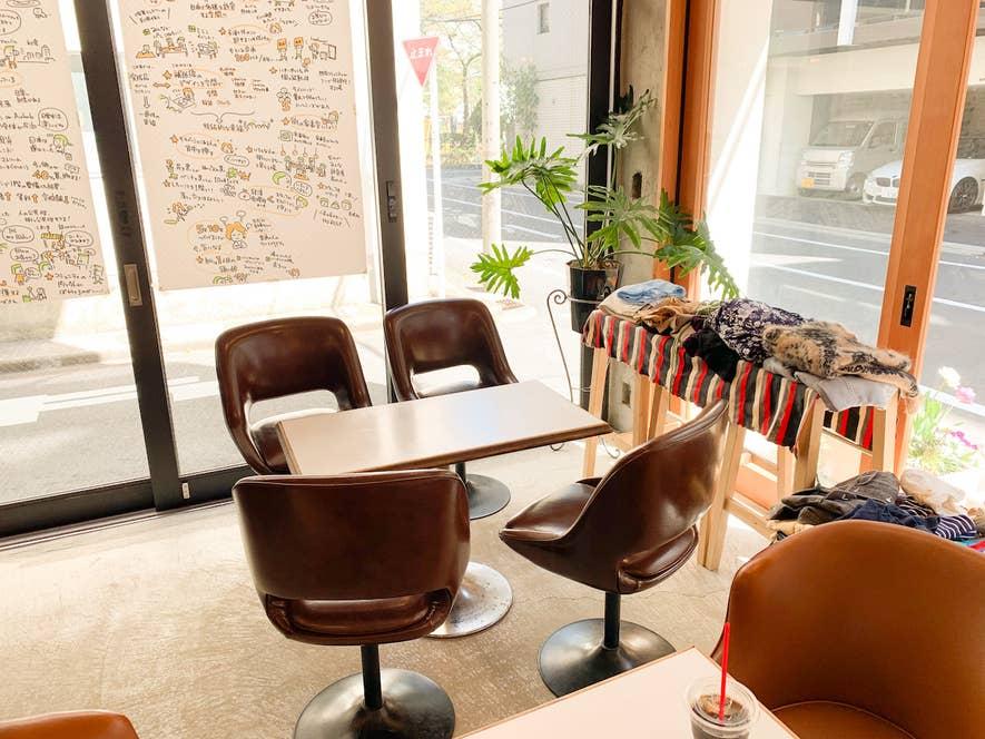 ▲喫茶スペースはすべてが低めの、中古の喫茶店家具で揃えてある。地に足をしっかりつけられることで、くつろぐ態勢になれるのがいい