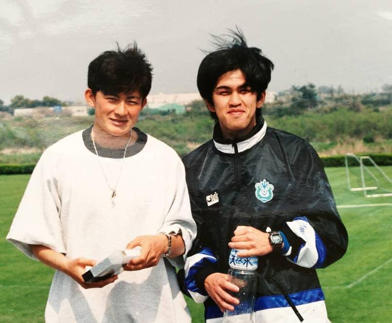▲サッカー日本代表選手のマネージャー兼ベルマーレ平塚の練習パートナー時代(写真右がノブさん)
