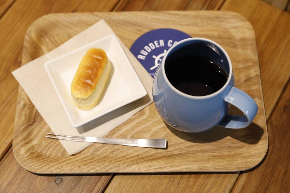 ラダーコーヒー人気のブレンドは、地元船橋の菓子工房「アントレ」のシェフ渾身のチーズケーキ「高木チーズ」との相性抜群。しっかりチーズを感じるのにふわっと軽くて優しい絶品スイーツ。