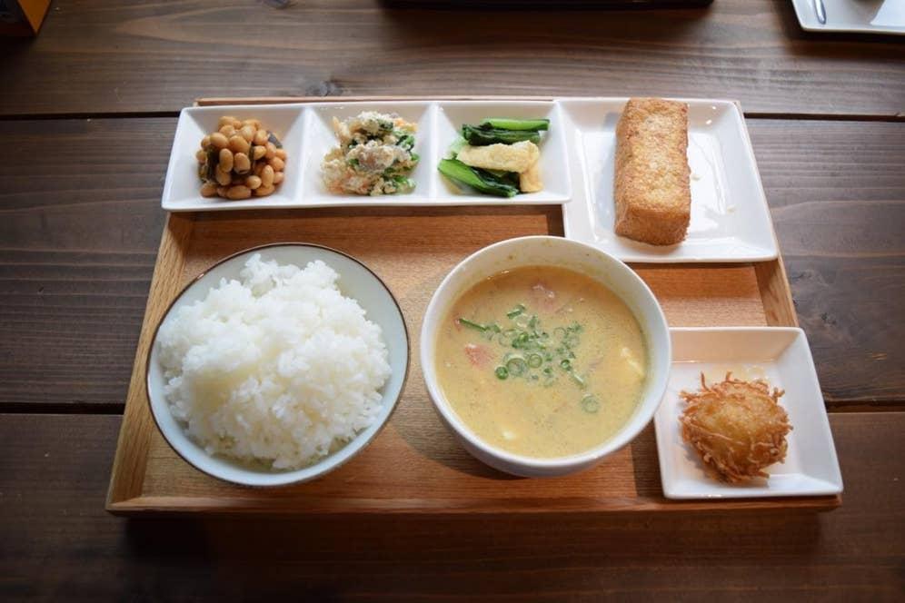 豆藤定食(500円・税別)+揚げたての厚揚げ(80円・税別)。他に豆腐ハンバーグや唐揚げなどのがっつり系メニューもある