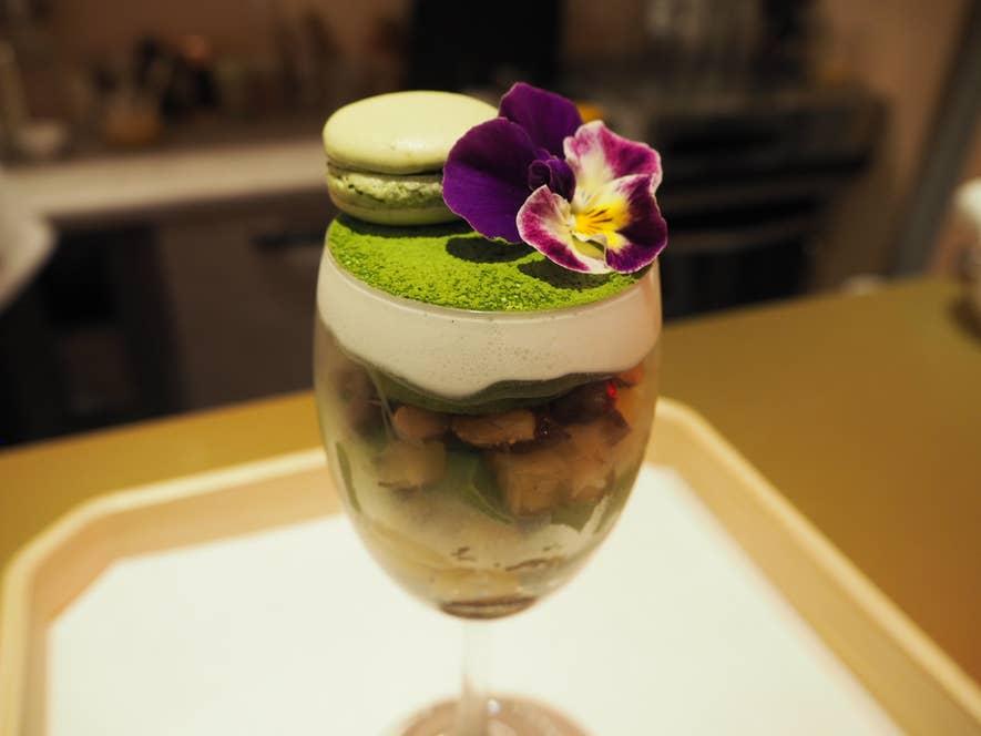 「INARI抹茶パフェ」(お好みの日本茶とセットで1500円)