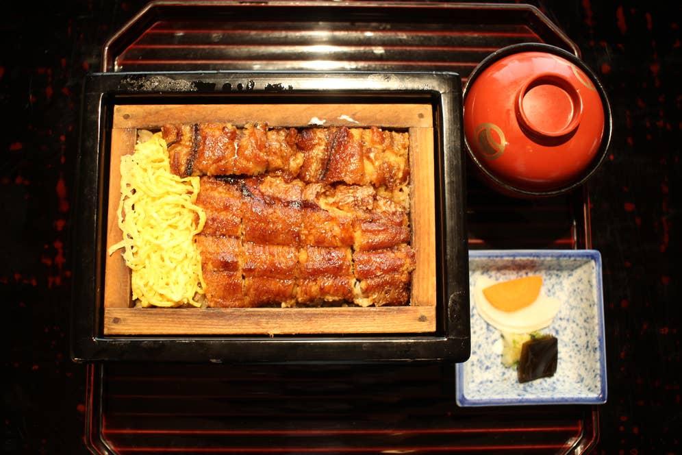 「せいろ蒸し」も田舎庵の人気メニュー。焼いた鰻を、ごはんと錦糸玉子とともにせいろで蒸した福岡ならではの鰻料理