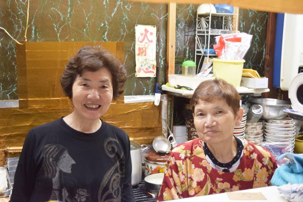 ロンク食堂を切り盛りする濱口静代さん(右)と姉の鶴枝さん(左)