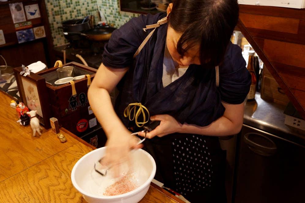 冷凍庫から凍らせたイチゴを取り出し、鮮やかな手つきですりおろす戸辺さん