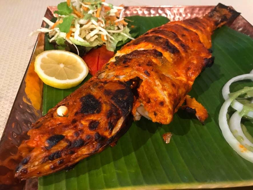 スズキのタンドール焼き:その日に仕入れた新鮮な魚を、調理法を選んで食べられるのが醍醐味