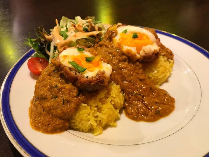 コフタセット:ゆで卵をスパイシーな挽肉で包み、レモンライスとカレーグレービーとともにいただく逸品。ランチでもいただけます