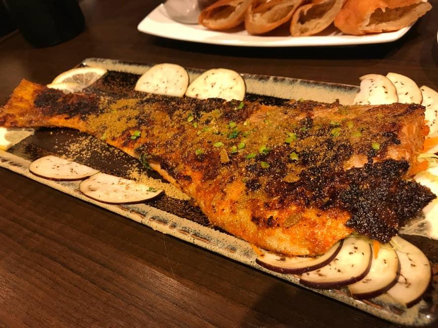 タワほっけフライ:ほっけを鉄板でスパイスムニエルのように仕上げた一皿