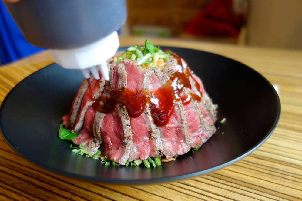 その醤油と赤ワインをベースにしたオリジナルソースが、肉とご飯にめちゃくちゃ合う!