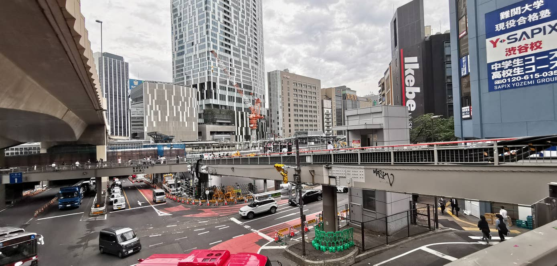 かつて亜寿加の入っていたビルも、隣の釣具店の入っていたビルも既にない。歩道橋からは渋谷駅の反対側のビルまで見える