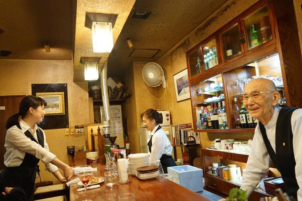 井山さんがおやつを買ってきて、バー営業がはじまる前に従業員みんなで「おやつタイム」を楽しむのが恒例