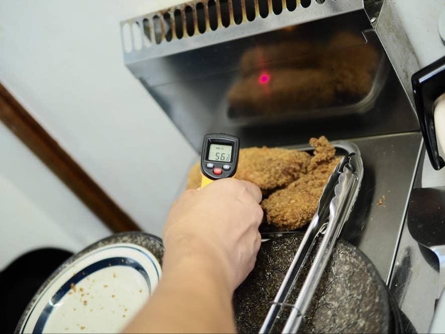 成満堂のとんかつは、160度の低温でじわじわ揚げたあとフライヤー上のスペースで蒸らします
