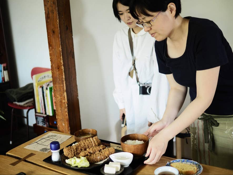 ランチタイムのみ間借り営業をしている「成満堂」。配膳してくださったのは「大福屋」の店主・望月ひとみさん。