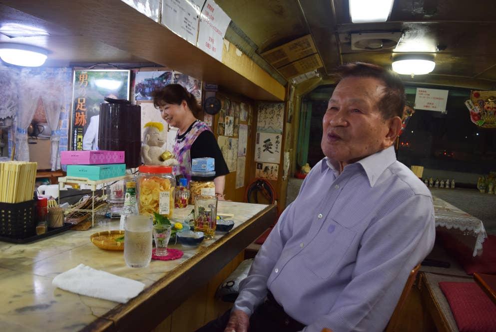 春美さんの「いらっしゃい!」という声に入口を見やると、1人の紳士がお店にやってきた。