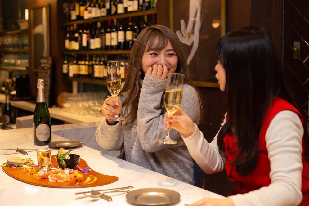 ▲おいしい料理とお酒、思わず笑顔がこぼれます。