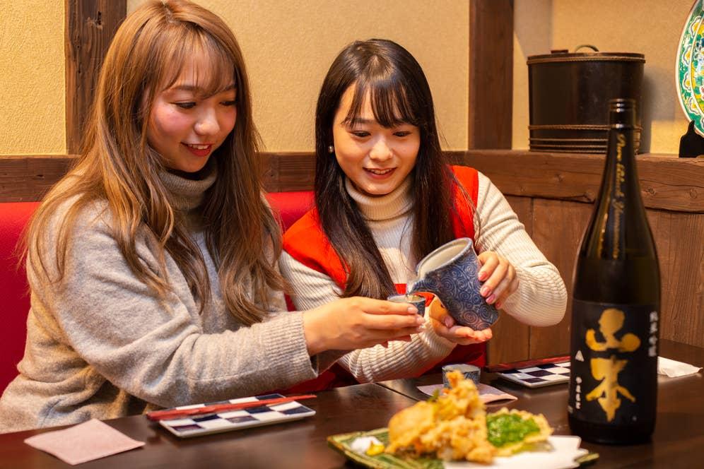 ▲日本のお酒文化「お酌」も海外の人に教えられるかな?