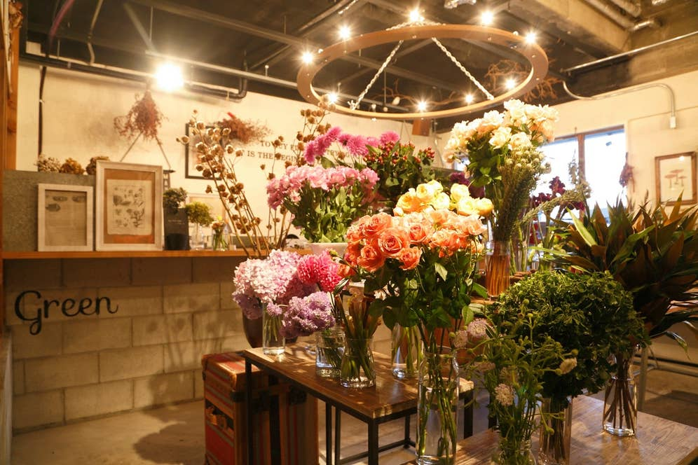 岐阜県にある<h.u.g-flower>の店頭では、内装やお花のディスプレイにもかなりのこだわりがみられる。