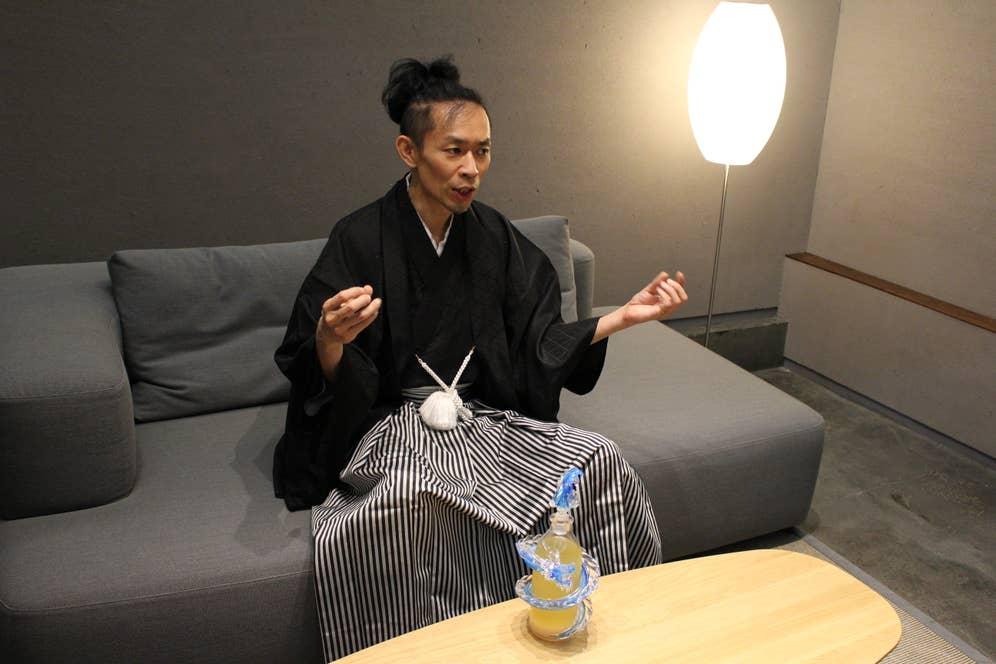 控室にて記者の皆さんに囲まれてインタビューに答える森田さん