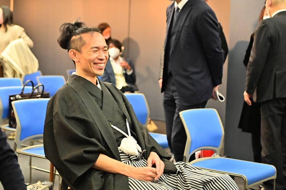 [オークションが終了し、安堵の表情を浮かべる森田さん